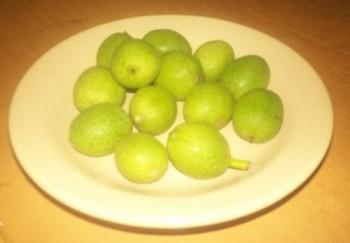 Зеленый орех – не особый вид, а степень зрелости. Наиболее полезна для онкобольного его наружная оболочка – мягкая и сочная кожура (околоплодник).